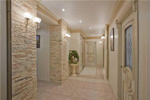 Декоративный камень в коридоре (прихожая) фото